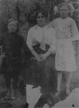 Elvira Schoonover with children
